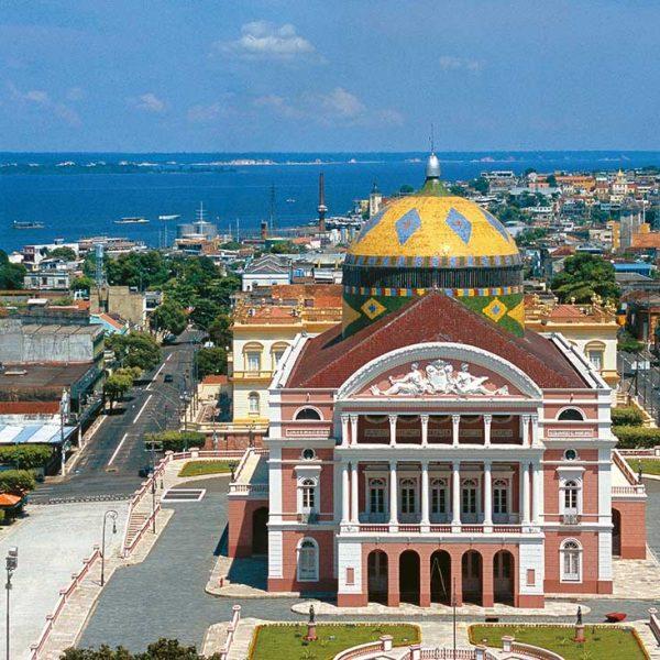 O Teatro Amazonas foi construído no auge do ciclo da borracha em 1882, e inaugurado em 1896. É o principal monumento artístoco culturas do estado do Amazonas. Manaus (AM). Foto: Werner Zotz.